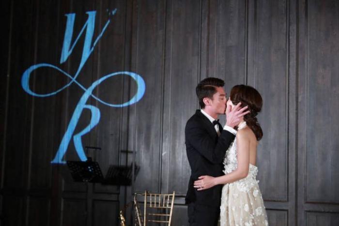 Cả hai cùng trao nhau nụ hôn ngọt ngào.