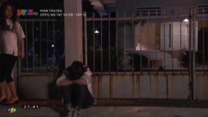 Lam ngồi gục trước cửa nhà vì quá đau buồn.