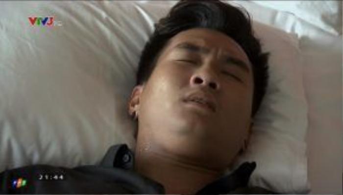 Huy tỉnh dậy sau cơn say, cả đêm anh vẫn gọi tên Lam.