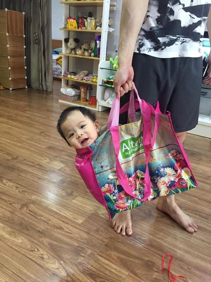Không chỉ xách đồ cho mẹ vợ đi chợ mà Mạc Hồng Quân còn thích thú chơi với cháu của Kỳ Hân.