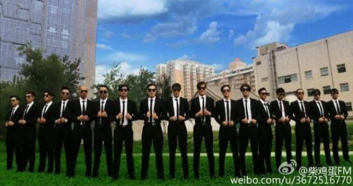 """Dàn vệ sĩ """"toàn mỹ nam trên mét tám"""" của Viên Tung khiến fan choáng ngợp."""