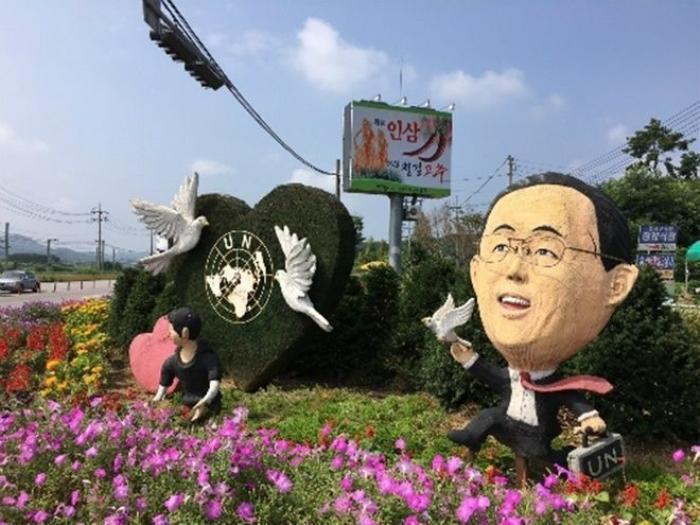 Tượng Tổng thư ký Liên Hợp Quốc Ban Ki-moon ở lối vào huyện Eumseong. Ảnh:Washington Post