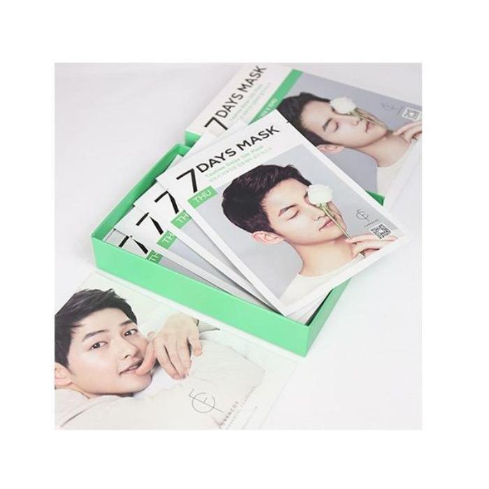 Chỉ cần nhìn hình ảnh của Song Joong Ki trên bao bì là chị em đã đổ xô muốn mua ngay. Trong một set có tất cả 10 chiếc mặt nạ dưỡng da.