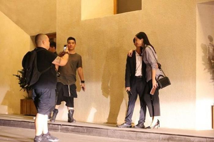 Không chỉ thân thiết mà Cường Đô la còn công khai hôn bạn gái ở nơi công cộng xóa tan tin đồn chia tay.