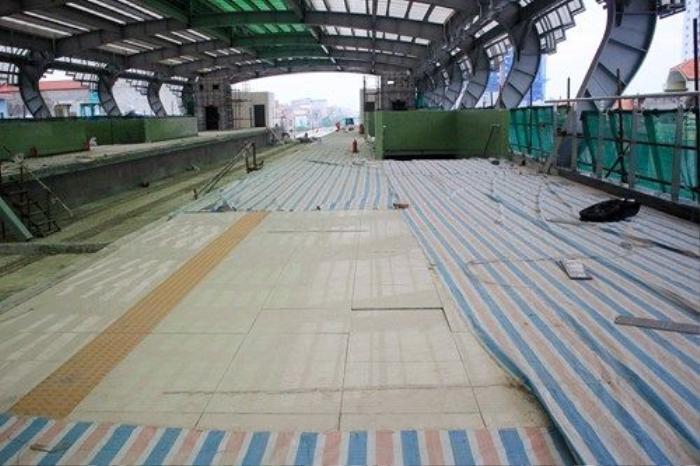 Tầng 2, 3 của nhà ga đều được ốp lát gạch men và phủ bạt chống xước. Trong đó, có thêm phần thiết kế vạch kẻ an toàn cho người đứng chờ tàu.