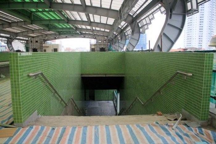 Mỗi nhà ga được trang trí với màu sắc khác nhau nhằm tạo điểm nhấn và giúp hành khách dễ dàng phân biệt. Tại nhà ga La Khê, toàn bộ gạch ốp cầu thang bộ, đỉnh mái và các thiết kế sơn bề ngoài đều có mầu xanh cốm đặc trưng.