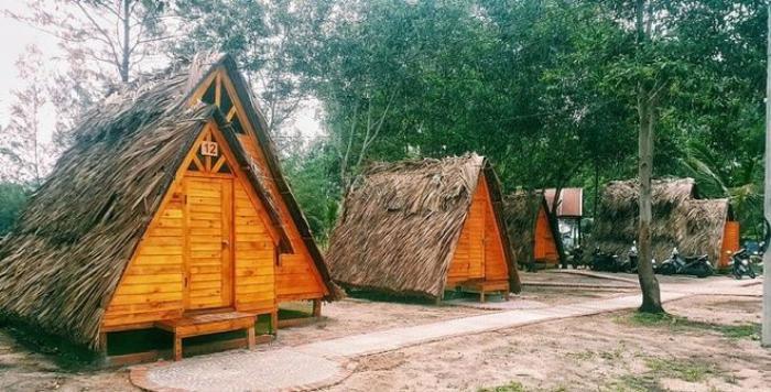 Tại đây có 10 lều du mục đặt gần nhau, thiết kế dạng đơn (cho 2 người) và đôi (4 người), phù hợp với cả du khách đi theo nhóm. Trong lều trang bị những vật dụng đơn giản như nệm, chăn, gối, quạt, còn nhà tắm và nhà vệ sinh được bố trí bên ngoài.