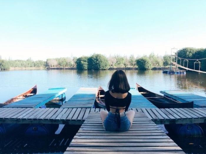 Không chỉ phục vụ lưu trú, khu nghỉ còn đáp ứng nhu cầu giải trí với các trò chơi như chèo thuyền cano, kayak, thuyền phao, câu cá, đu dây zipline, đi bộ trên không. Hầu hết trò chơi tại đây đều không tính thêm phí vì đã nằm trong gói combo, dù bạn chọn nghỉ ở lều du mục hay bungalow. Nơi này cách TP HCM khoảng 110 km, nằm ngay ngã ba tiếp giáp Bình Châu - Hồ Tràm - Hồ Cóc. Bạn có thể đi xe khách, xe buýt đến chợ hoặc bến xe Bình Châu rồi đi taxi thêm 3 km nữa là đến.