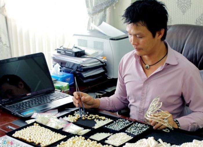 Hai năm trước, nghệ nhân Hồ Thanh Tuấn tỉ mỉ chọn từng viên ngọc để làm nên chiếc vương miện ngọc trai Hoa hậu Việt Nam 2014. Vương miện này có viên ngọc trai trống đồng lớn 15 mm màu vàng kim quý hiếm được đặt tại tâm. Loại ngọc này là sáng chế của nghệ nhân sinh năm 1976.