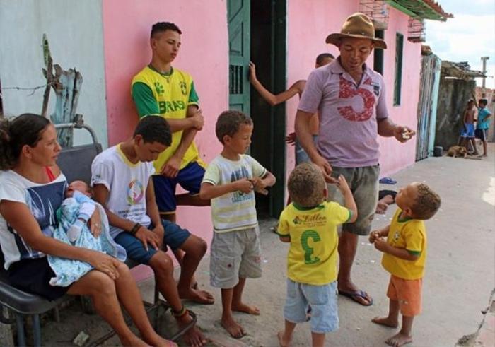 Irineu Cruz, 40 tuổi, đặt tên cho 13 cậu con trai đều bắt đầu với chữ R bởi anh phát hiện các ngôi sao bóng đá Brazil đều có tên bắt đầu bằng chữ R như Rivaldo, Roberto Carlos, Ronaldinho hay Robinho. 'Gần như tất cả các cầu thủ giỏi nhất của Brazil đều như vậy, con trai của tôi cũng có cái tên bắt đầu bằng chữ R,' Irineu Cruz nói. (Nguồn: The Sun)