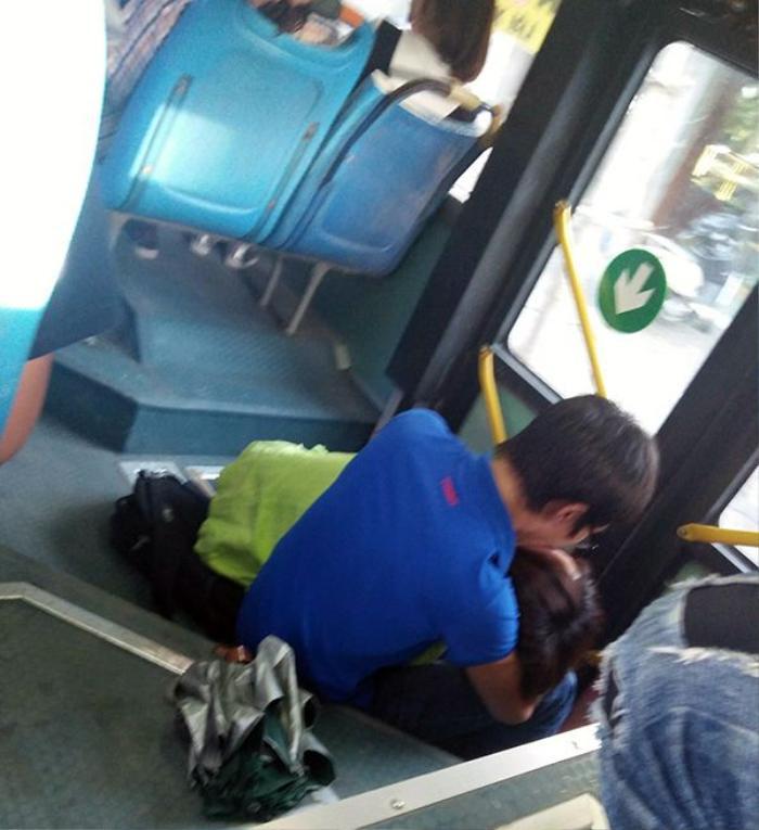 """Đôi bạn trẻ vô tư """"âu yếm"""" nhau trên xe buýt."""