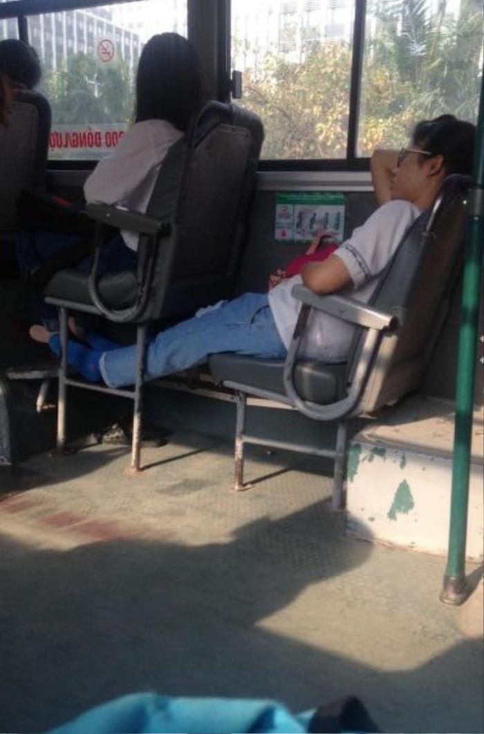 Và hồn nhiên ngủ gác chân lên chả chỗ để chân của người ngồi phía trước.