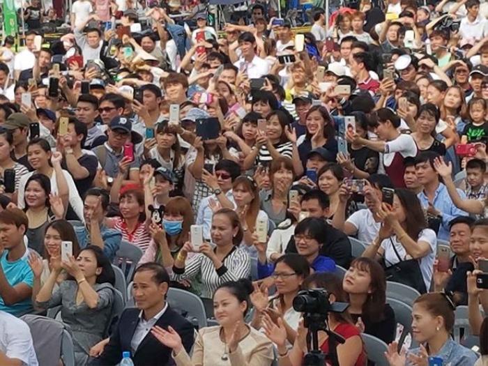 Hàng ngàn khán giả không ngừng cổ vũ cho Đan Trường.