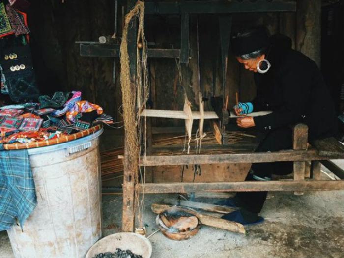 Với quỹ thời gian eo hẹp một ngày, bạn chỉ nên chọn một trong hai bản làng Tả Van hoặc bản Cát Cát để thăm thú. Bản Cát Cát gần trung tâm hơn, bạn có thể đi bộ xuống. Bản có danh thắng thác Tình Yêu, và là nơi sinh sống của bà con dân tộc. Bạn có thể khám phá cách họ dệt vải, nhuộm vải, làm trang sức bằng đồng…