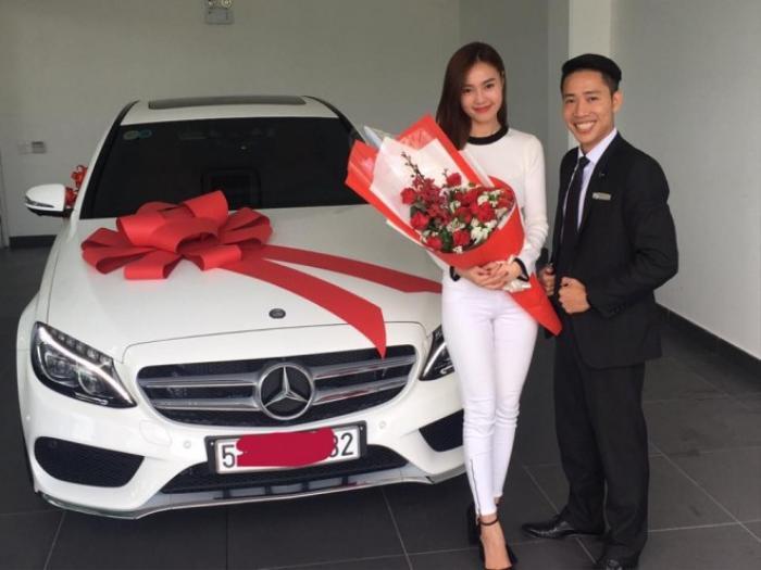 Dù đã đặt mua từ ngày sinh nhật nhưng phải tới 4/11, Ninh Dương Lan Ngọc mới chính thức nhận được món quà đặc biệt này.