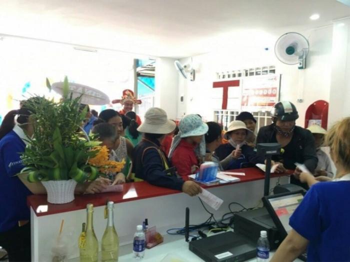 Người dân đang mua vé số điện toán tại một chi nhánh ở Bình Dương. (Ảnh: Vietlott)