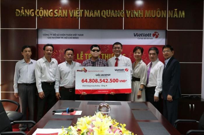 Người trúng giải xổ số gần 65 tỷ đeo mặt nạ đến nhận thưởng.