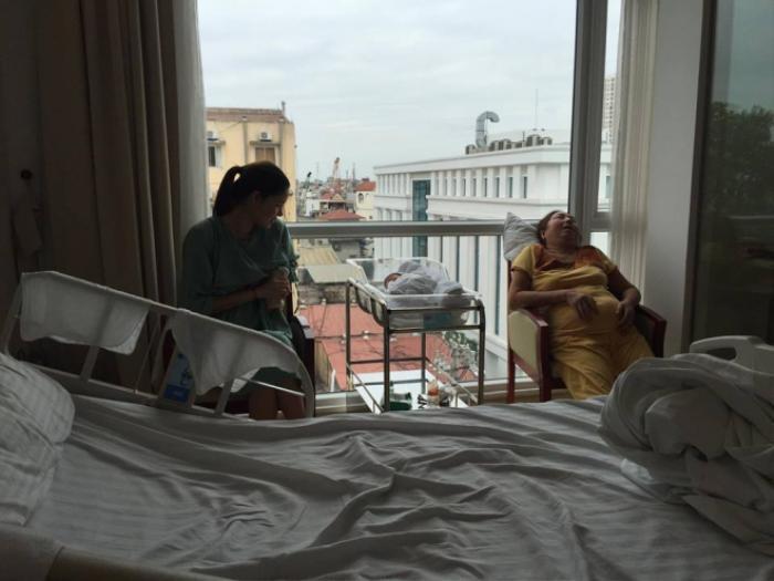 Hình ảnh Kỳ Hân và con trai trong bệnh viện được Mạc Hồng Quân chia sẻ.