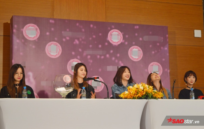 Bầu không khí diễn ra rất vui vẻ bởi 5 thành viên EXID đều thân thiện gần gũi.