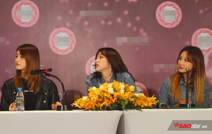 Các thành viên EXID tỏ ra rất thoải mái, tự nhiên trước báo giới. Không ngại biểu cảm đủ sắc thái.