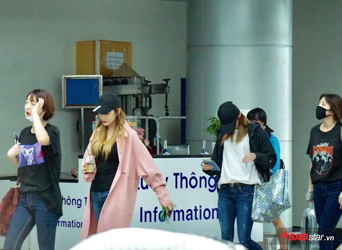 Các thành viên diện trang phục rất giản dị tại sân bay.