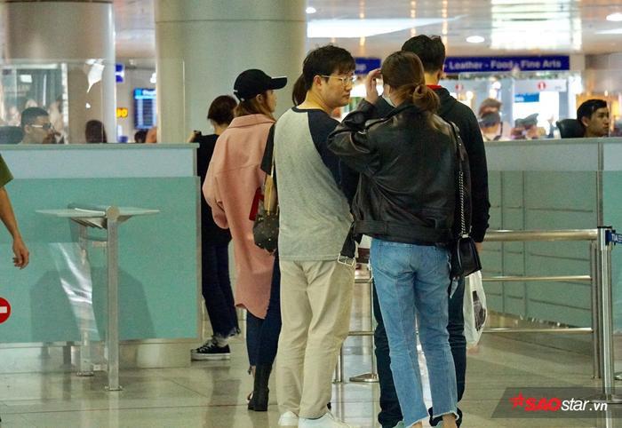 Là lần đầu đến Việt Nam nên EXID rất bất ngờ trước tình cảm nồng nhiệt của người hâm mộ. Trước đó, đã có hàng trăm fan đứng đợi thần tượng tại sân bay.