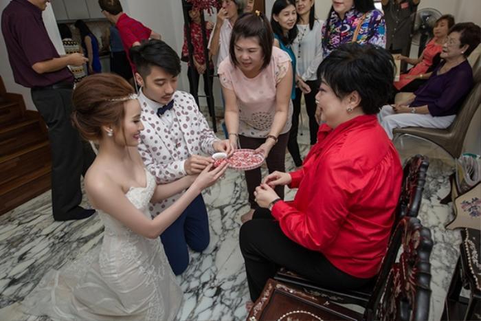 Theo tục lệ của người Trung Quốc, cô dâu chú rể dâng trà trong ngày cưới để thể hiện tấm lòng biết ơn với đấng sinh thành.