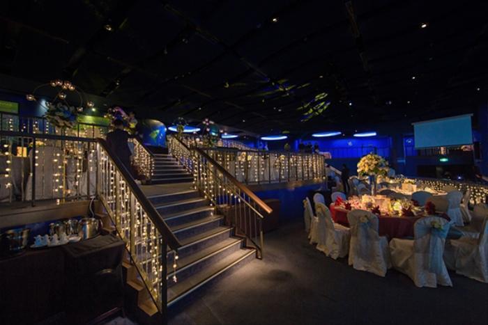 Không gian tiệc cưới được trang trí bằng rất nhiều hoa và đèn.