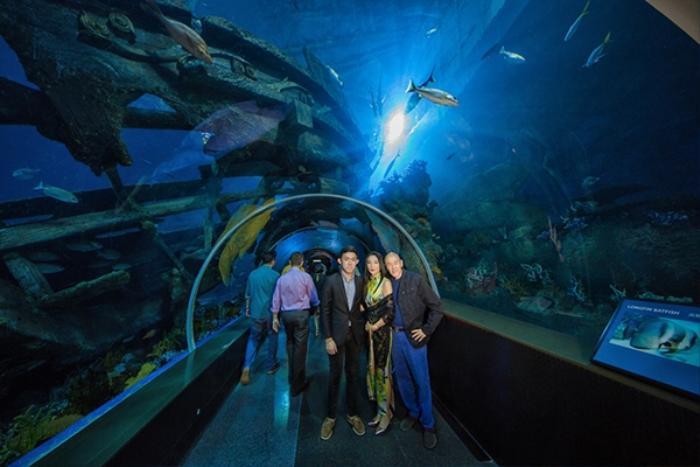 Họ tranh thủ ghi lại những khoảnh khắc đẹp trong không gian xanh ngắt của thủy cung.