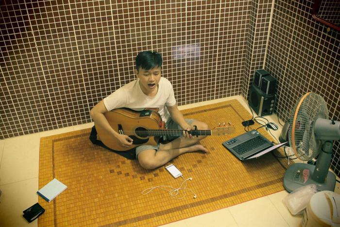 Là một người khá trầm tính, Công Nam cho biết mình không có nhiều bạn và chỉ sống 1 mình với âm nhạc.