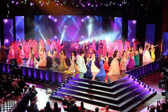 Sân khấu đêm Chung kết rực rỡ sắc màu.