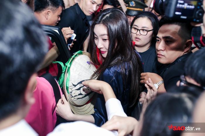 Sunmi thích thú trước quà của người hâm mộ Việt Nam.