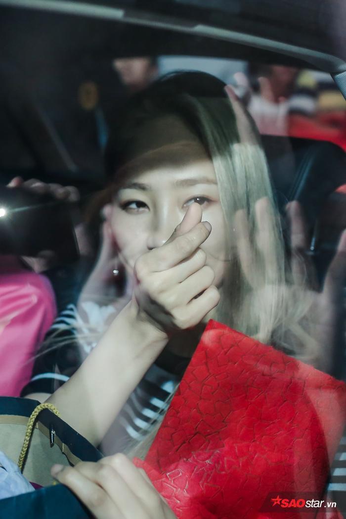 """Lên ô tô rồi mà cô nàng vẫn không quên vẫy tay chào và """"tung tim"""" cực thân thiện."""