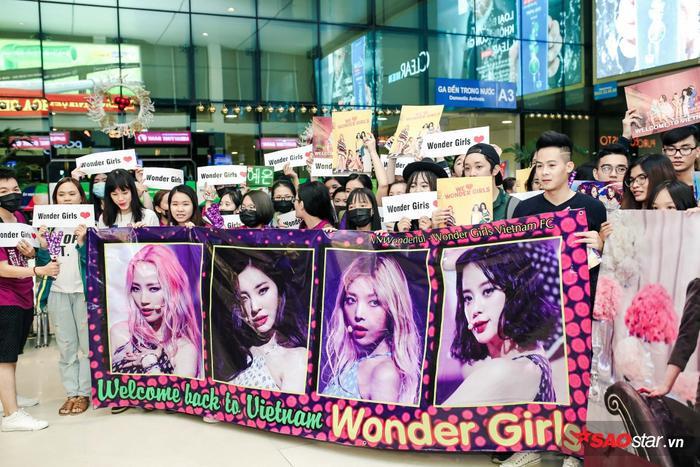 Fan Việt xếp hàng nghiêm túc chờ Wonder Girls nhiều giờ liền ở sân bay.