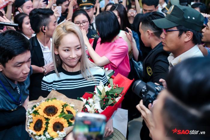 Yeeun liên tục mỉm cười với fan Việt.