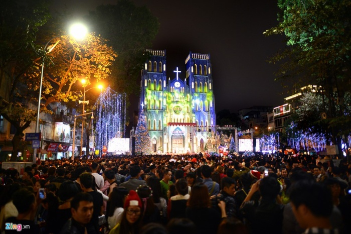 Càng gần tới 12h đêm, giới trẻ càng tập trung đông về phía trước sân Nhà thờ Lớn Hà Nội để đón Giáng sinh tối 24/12. Trong số này có nhiều người theo đạo và du khách quốc tế.