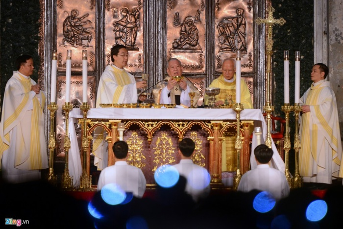Trên sảnh chính trước cửa nhà thờ, các vị linh mục làm lễ đón Chúa Giáng sinh và cầu nguyện cho mọi người.