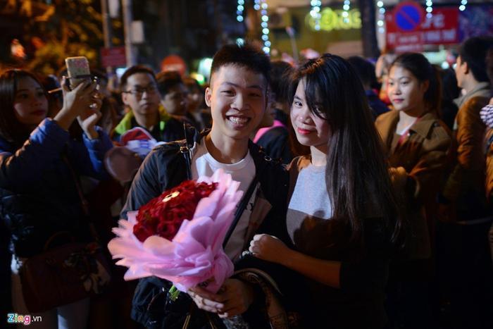 Màn tỏ tình của Lam được mọi người xung quanh vỗ tay tán dương nhiệt liệt. Một phần công sức đóng góp trong đó là có sự chuẩn bị giúp đỡ bởi nhóm bạn thân của cả hai người.