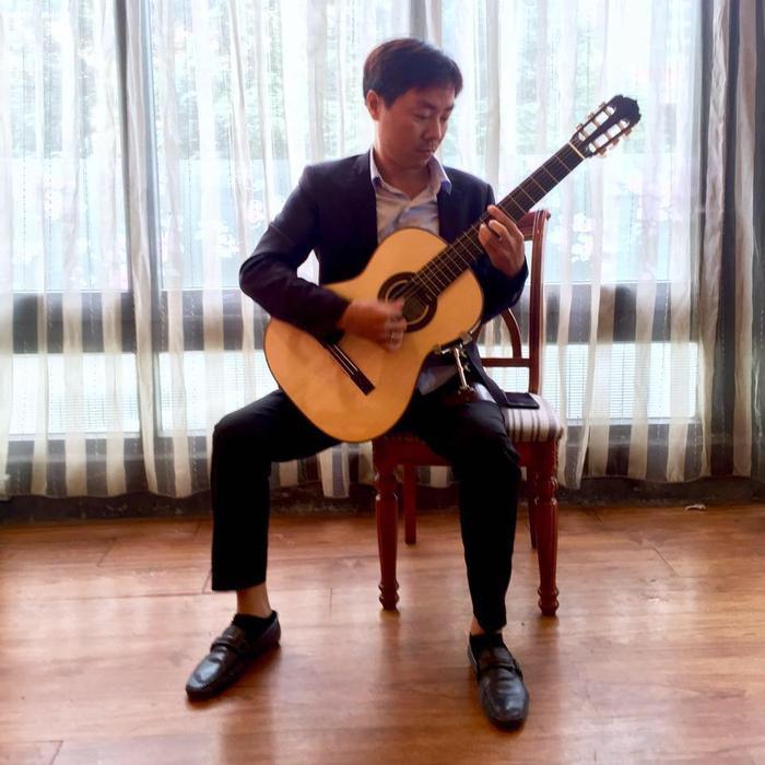 Cha Cao Bá Hưng là ông Cao Bá Phương, một nghệ sĩ guitar được nhiều người biết đến. Hiện tại, ông đang công tác tại Nhà hát ca múa nhạc dân tộc Bông Sen.