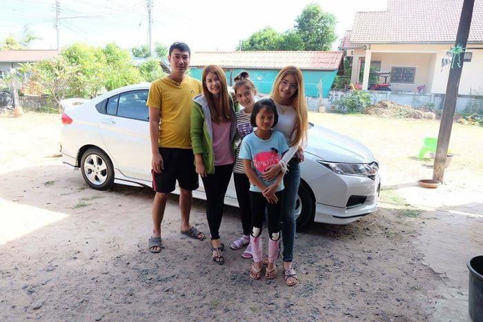 Hình ảnh Chonticha chụp cùng gia đình của vị hôn phu.