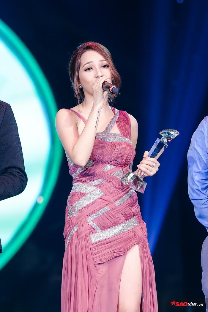 Về phía nữ, với hit Trái tim em cũng biết đau,Bảo Anh đã chiến thắng cách xa các đề cử còn lại (Hari Won và Hòa Minzy). Năm 2014 cô cũng từng được đề cử ở hạng mục này nhưng may mắn chưa đến.