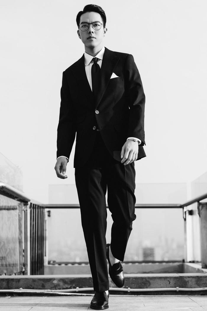 Minh Châu sinh năm 1993, hiện đang là sinh viên tại Học viện Âm nhạc quốc gia Việt Nam khoa Thanh nhạc. Anh chàng điển trai này thu hút hơn 400.000người theo dõi trên trang cá nhânnhờ những clip cover gây bãocủa mình.