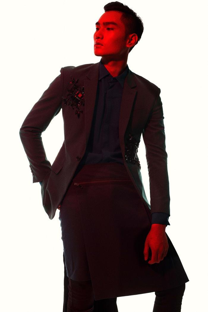 Là người tiên phong trong việc lăng xê mốt nam giới mặc váy, Đỗ Mạnh Cường thể hiện tư duy, cái tôi khác biệt trong việc thể hiện cái đẹp và cảm quan về thời trang.