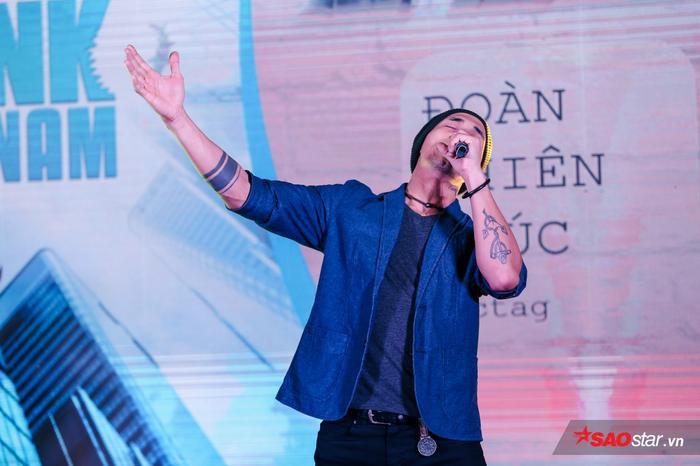 Ca sĩ Anh Khoa thể hiện ca khúc Đường đến vinh quang để thúc giục tinh thần những startup tham gia chương trình.