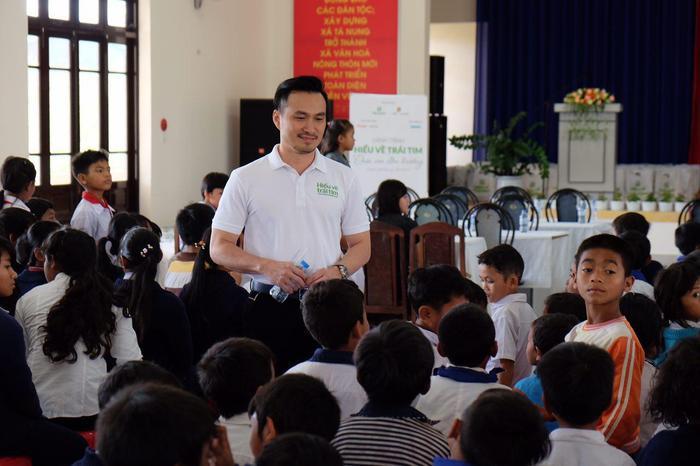 Ngoài Thuỳ Dung và Diệu Ngọc, nam diễn viên Chi Bảo cũng tham gia chuyến từ thiện.