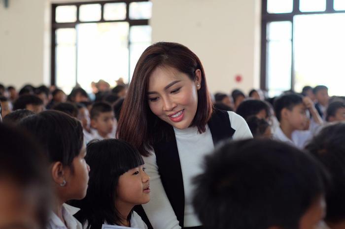 Cô nằm trong số những người đẹp rất chăm chỉ thực hiện các hoạt động thiện nguyện.