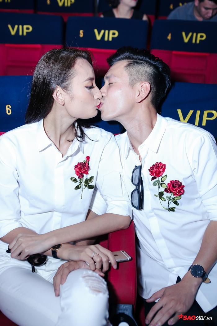 Cặp đôi không ngại thể hiện tình cảm thân mật chốn đông người.
