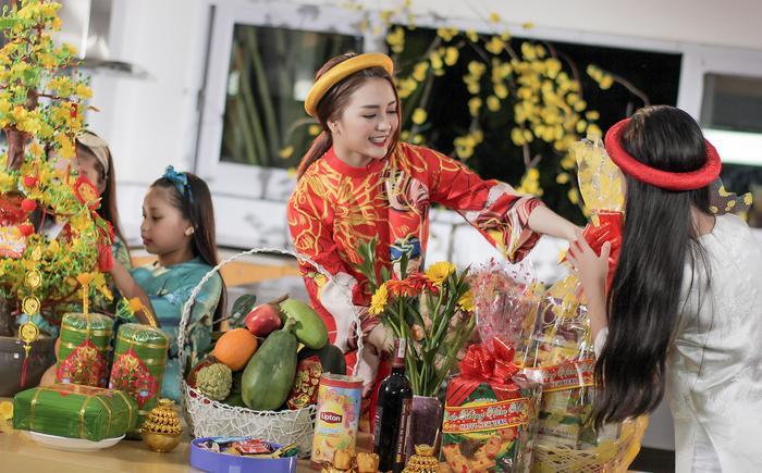Thiều Bảo Trang xinh đẹp rạng ngời tung MV Tết cùng học trò