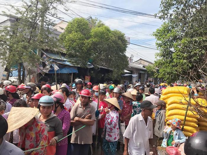 Rất đông bà con ở Trà Vinh đã xếp hàng dài đến nhận quà Tết từ Ngọc Trinh.