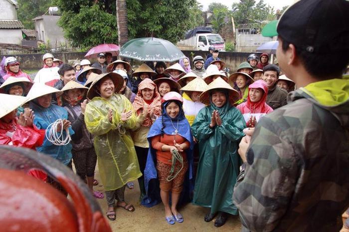 Rất đông bà con xã Mai Hoa đội mưa đến nhận bò.